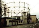 Der von weitem sichbare Gaskessel mit Baujahr 1912 (einer von ursprünglich zwei Kesseln) in der Fabrikstrasse im Jahre 1975, im Hintergrund die SANDOZ-Gebäude