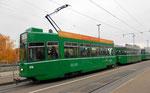 Der Trammotorwagen Be 4/4 Nr.478 mit zwei B4-Anhängewagen in voller Fahrt gegen die Haltestelle Dreirosenbrücke, 2016