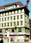 Das ganze Eckhaus von «Uhren & Bijouterie Hoffmann» an der Greifengasse/Utengasse im Juni 1990