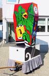 Nach dem malen und montieren der Basler Fasnachtslaterne durch den Laternenmaler Paul Bachmann: der Basilisk auf der Vorderseite, März 2019