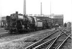 Die Dampflokomotive BR 052 838-0 vor dem Bahnbetriebswerk Haltingen, 1971