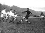Der FCB-Torhüter Paul Wechlin pariert ein Schuss während des Fussballspiels Grenchen - FC Basel (2:1) im April 1943