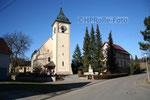 Kirche mit Pfarrhaus in Aasen