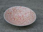 Plat décoré à coups de pinceau avec 2 couleurs différentes. Porcelaine avec émail transparent intérieur.