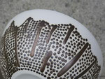 Détail d'une coupe décorée de reliefs colorés. Porcelaine avec émail transparent intérieur.