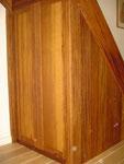 Onder de trap kastje gemaakt van Massief Merbau.  Deurtjes vervaardigd uit traditioneel stijl en regelwerk met massief houten panelen.
