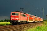 DB 111 172 mit Regionalzug in der Abendsonne bei Mertingen/D