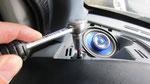 Eine Schraube versteckt sich hinter der linken Lautsprecherabdeckung