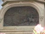 Détail sous la statue de Richemont