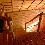 Treppe ins Obergeschoss mit Naturstamm-Handlauf