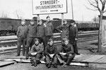 залізничний вокзал, 1942 рік. Група німецьких солдатів ( і можливо хтось з місцевих - крайній праворуч ) стоїть біля показчика на пункт дезинсекції.