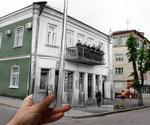 Будинок на вул.16-е липня - з балкону дивляться жителі минулого століття. 1939 рік.
