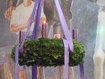 Erster Adventsonntag, am Kranz brennt die erste Kerze