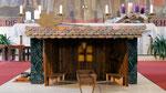 Vierter Adventsonntag, die Krippe beim Altar ist noch leer