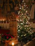 Christbaum rechts am Altar