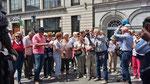 """Sonntag: Wir singen """"Molly Melone"""", die Hymne von Dublin. vor ihrem Denkmal,"""