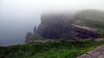 Mittwoch: Die Cliffs of Moher erstrecken sich über 5 km, leider versteckt hinter einem Neblvorhang.