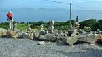 """Freitag: Steinskulpturen bei der """"Kells Sheep Farm"""" mit Blick auf die Halbinsel """"Iveragh""""."""
