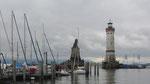 Donnerstag: Der markante Leuchtturm im Hafen von Lindau (rechts) und der bayrische Löwe (links).