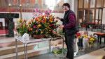 Vorbereitung am Karsamstag: Blumengestecke für den Altar herrichten