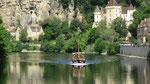 Dienstag: Bootsfahrt auf der Dordogne mit Blick auf die bewohnte Felswand von Roque Gageac (1 von 2)