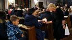 Kindermette, Friedenslicht wird an die Messbesucher verteilt
