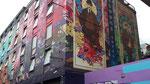 Montag: Das Blooms Hotel mit seiner künstlerischen Fassade.