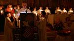 Auferstehungsfeier am Ostersonntag  um 5:00 Früh, Priester und Ministranten mit Osterkerzen