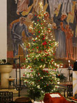 Christbaum links am Altar