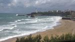 Freitag: Biarritz, Blick auf die Atlantikküste (wo sich trotz Wind und Regen viele Surfer am Wasser befinden)