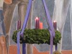 Zweiter Adventsonntag, am Kranz brennen schon zwei Kerzen