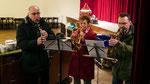 Dritter Adventsamstag, es singt der Kirchenchor und es spielt ein Bläser-Trio