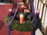 Vierter Adventsonntag, am Kranz brennen jetzt alle vier Kerzen