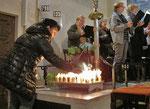 Dritter Adventsonntag, die Kerzen der Erstkommunionkinder werden entzündet