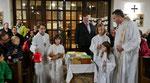 Kindermette, Friedenslicht und das Jesukind, werden zum Altar gebracht