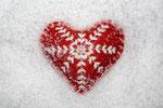 rotes Herz im Schnee I Viel Kälte ist unter den Menschen, weil wir es nicht wagen, uns so herzlich zugeben, wie wir sind. - Albert Schweitzer-
