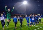 Die Mannschaft feiert mit ihren Fans die Sensation im Nationalstadion Laugardalsvöllur (Foto Frettabladid)