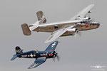 F4U-4 Corsair mit B-25J Mitchell
