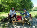 午前中ひと釣り終えて木陰でランチタイム。よく冷えたビールを飲めるのもガイドフィッシングの大きな楽しみ、ですよね? 東京のAさんご夫妻。