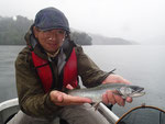 初夏になったら一度は行きたいフィールド、それが然別湖。キャリアの長いAさんも釣り人生初のミヤベイワナを手にご満悦のご様子。楽しいですよね、これが。