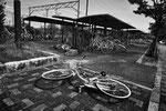 """Parcheggio delle biciclette, stazione dei treni, Odaka city, Fukushima """"No-Go Zone"""", Giappone"""