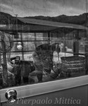 """Mikiko Kobayashi mentre osserva Mutzumi che sistema il magazzino, Kawauchi, Fukushima """"No-Go Zone"""""""