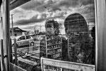 """Yoshida e Mutzumi mentre guardano dentro il supermarket abbandonato dove si sono incontrati per la prima volta, Tomioka City, Fukushima """"No-Go Zone"""", Giappone"""