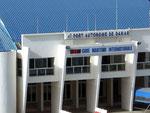 Das Hafengebäude entspricht  so gar nicht afrikanischen Bauten, der Rest der Stadt schon