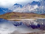 Vulkane führten zu den verschiedenfarbigen Schichtungen der Berge im  Nationalpark Torres del Paine