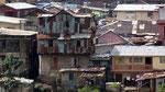 Freetown in Sierra Leone, diese Häuser haben noch Mauern