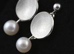 Silberne Ohrhänger mit Süßwasserperlen