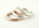 Kombination aus Silberringen und Rosé-vergoldetem Silberring
