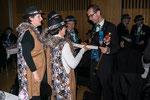 Sarnen: Ober Elisabeth übergibt Zunftmeister Clemens ein Präsent