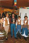 Die Beamten 1999 an der Geisschilbi: Geissnäll Paul Enz, Geisskönig Bruno Zumbühl, Geissunder Vreni Halter, Geissober Margrit Spitzmüller